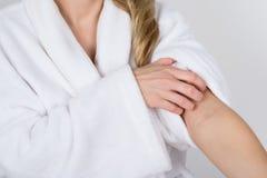 Kobiety cierpienie od świerzbieć obraz stock