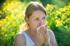 Kobiety cierpienie od alergii fotografia royalty free