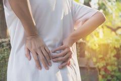 Kobiety cierpienie od backache, dordzeniowego urazu i mięśnia zagadnienia, obraz royalty free