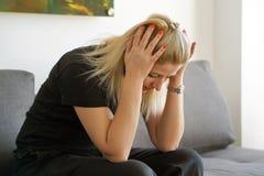 Kobiety cierpienie od migreny migreny bólu na kanapie w domu Problem zdrowotny, stres i depresja, obrazy royalty free