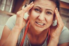 Kobiety cierpienie od migreny migreny bólu Zdjęcia Stock