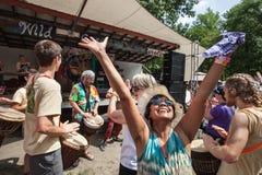 Kobiety cieszenie przy Dzikim Gęsim festiwalem Obraz Stock
