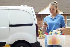 Kobiety Cleaning Działający Mobilny biznes Sprawdza wiadomości tekstowe Zdjęcie Royalty Free