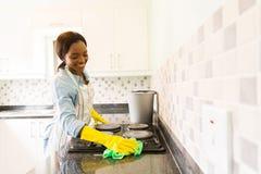 Kobiety cleaning kuchenka obrazy royalty free