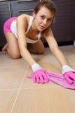 Kobiety cleaning kuchni podłoga obraz royalty free