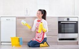 Kobiety cleaning kuchni podłoga zdjęcia stock