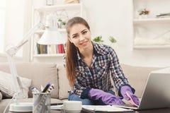 Kobiety cleaning laptopu klawiatury kopii przestrzeń fotografia stock