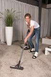Kobiety cleaning próżniowy dywan Zdjęcia Stock