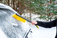 Kobiety cleaning samochód od śniegu z muśnięciem Transport, zima, Zdjęcia Stock