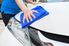 Kobiety cleaning samochód z microfiber płótnem, samochodowy wyszczególnia pojęcie Zdjęcie Stock