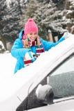 Kobiety cleaning samochodowa przednia szyba śnieżna zima Zdjęcia Royalty Free
