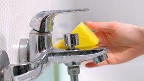 Kobiety cleaning skąpanie w domu Żeńska płuczkowa wanna i faucet zbiory