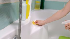 Kobiety cleaning skąpanie w domu Żeńska płuczkowa wanna i faucet zdjęcie wideo
