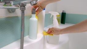 Kobiety cleaning skąpanie w domu Żeńska płuczkowa wanna i faucet zbiory wideo
