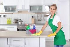 Kobiety cleaning stół z łachmanem zdjęcia royalty free