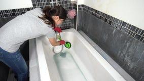 Kobiety cleaning wanna z muśnięciem zbiory