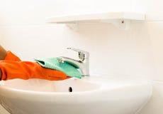 Kobiety cleaning wodny klepnięcie Zdjęcie Stock