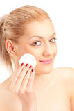 Kobiety cleaning z bawełnianym ochraniaczem jej twarz Obraz Stock