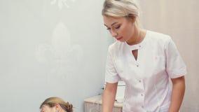 Kobiety cosmetologist robi procedurze Masaż problemowi tereny zbiory