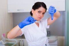 Kobiety cosmetologist z muśnięciem i kosmetyczne pincety Zdjęcie Royalty Free