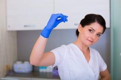 Kobiety cosmetologist z muśnięciem i kosmetyczne pincety Obrazy Stock