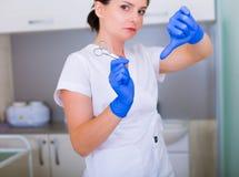Kobiety cosmetologist z muśnięciem i kosmetyczne pincety Obraz Royalty Free