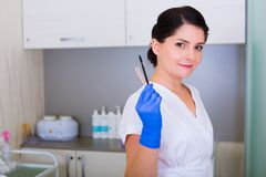 Kobiety cosmetologist z muśnięciem i kosmetyczne pincety Zdjęcie Stock
