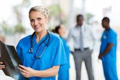 Kobiety CT doktorski trzyma obraz cyfrowy zdjęcia stock