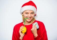Kobiety cytryny milioner Cytryna pieniądze pojęcie Dziewczyny Santa napoju soku cytryny kapeluszowa słoma podczas gdy chwyta stos zdjęcia stock