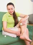 Kobiety częstowania stłuczenie w domu Zdjęcie Royalty Free