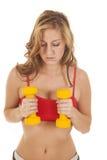 Kobiety czerwień bawi się staników żółtych ciężary klatką piersiową Obraz Royalty Free