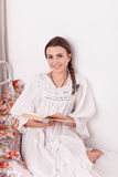 Kobiety czerwieni książka w łóżku Obrazy Royalty Free