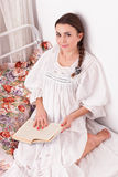 Kobiety czerwieni książka w łóżku Zdjęcie Stock