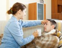 Kobiety czułość dla chorego mężczyzna Zdjęcie Royalty Free