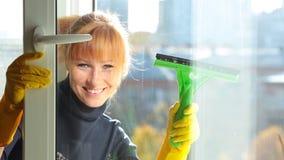 Kobiety czyści okno zdjęcie wideo
