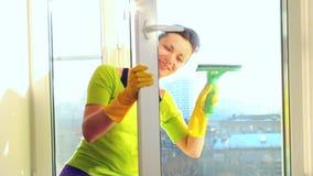 Kobiety czyści okno zbiory