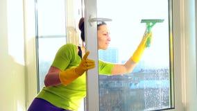 Kobiety czyści okno zbiory wideo