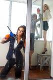 Kobiety czyści jej okno Zdjęcia Stock