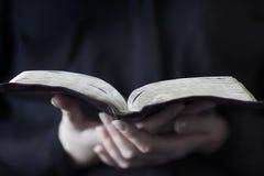 Kobiety Czyta biblię Zdjęcia Royalty Free