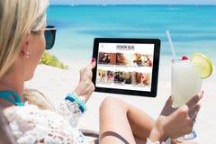 Kobiety czytania mody blog zdjęcia stock