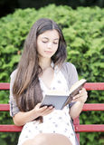 Kobiety czytanie zdjęcia stock