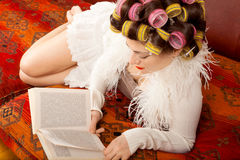 Kobiety czytanie na leżance obrazy stock