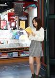 Kobiety czytanie w Świetnie iluminującym rynku fotografia royalty free