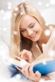 Kobiety czytelnicza książka Fotografia Royalty Free