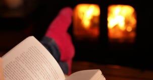 Kobiety czytelnicza książka i pić filiżanka herbata zdjęcie wideo
