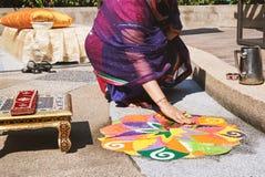 Kobiety dekoruje tradycyjną ryżową sztukę Rangoli na podłoga dla indyjskiego ślubu Obraz Royalty Free