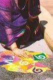 Kobiety dekoruje tradycyjną ryżową sztukę Rangoli na podłoga dla indyjskiego ślubu Fotografia Royalty Free