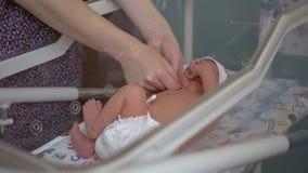 Kobiety delikatnie w domu opieka dziecko na odmienianie stole zdjęcie wideo