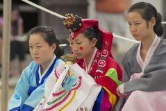 Kobiety demonstrują tradycyjną Koreańską ślubną ceremonię w Yongin, Korea Obrazy Stock