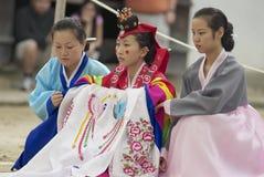 Kobiety demonstrują tradycyjną Koreańską ślubną suknię w Yongin, Korea Zdjęcia Royalty Free